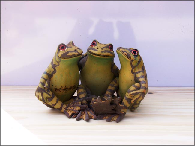 three chatting frogs sculpture